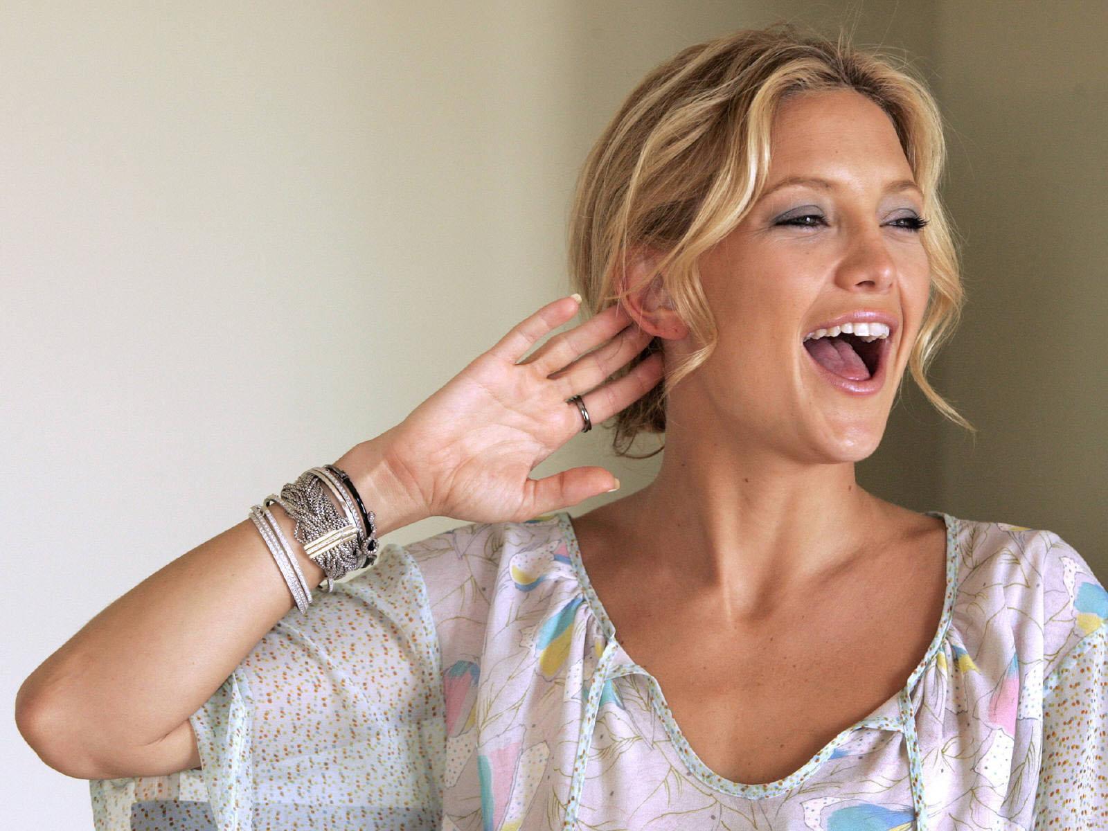 Kate Hudson Hot Pose Wallpaper