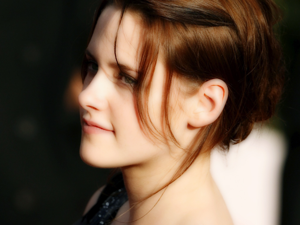 http://www.thewallpapers.org/photo/20670/Kristen-Stewart-001.jpg