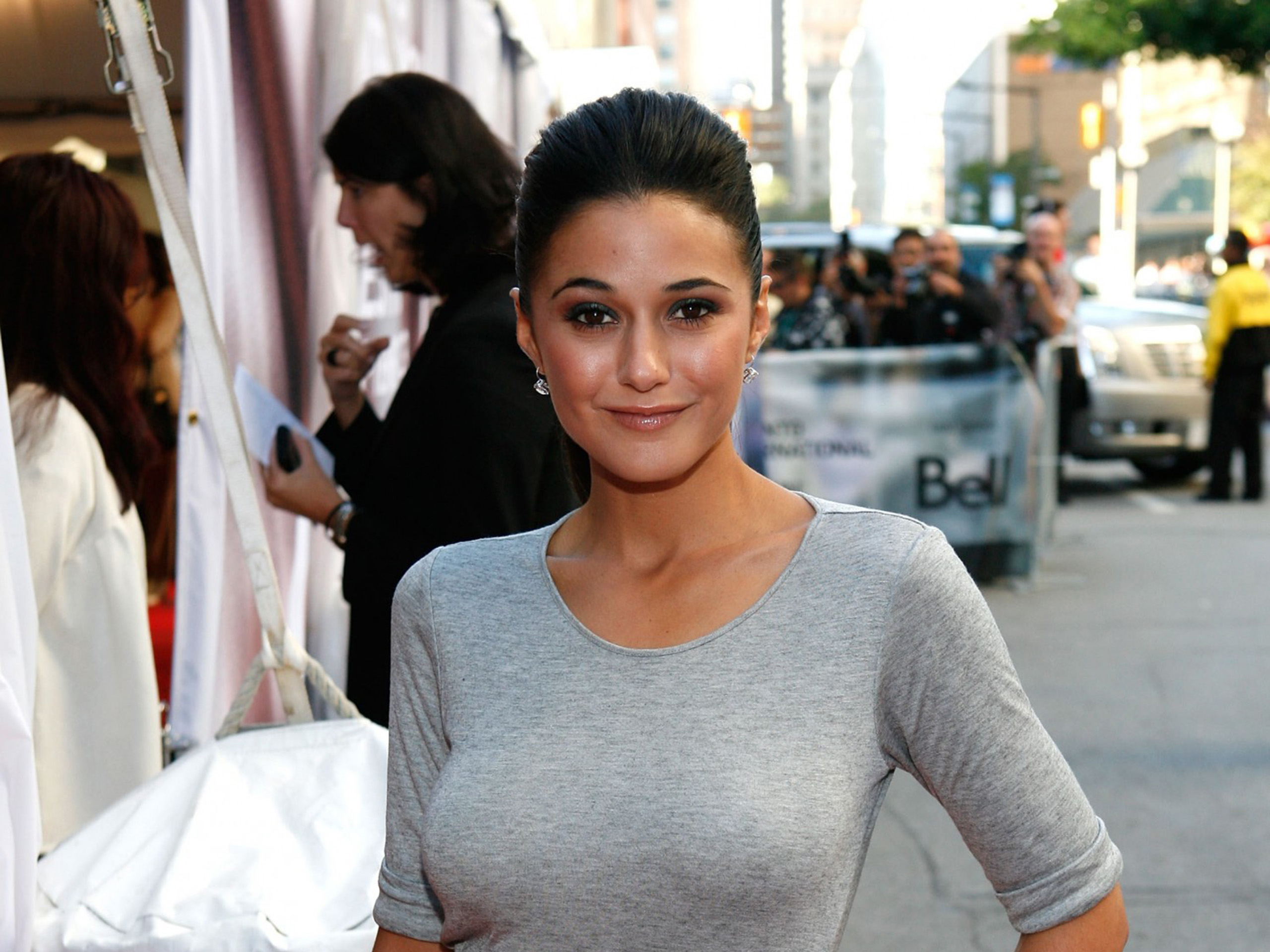 http://www.thewallpapers.org/photo/29173/emmanuelle-chriqui-038.jpg