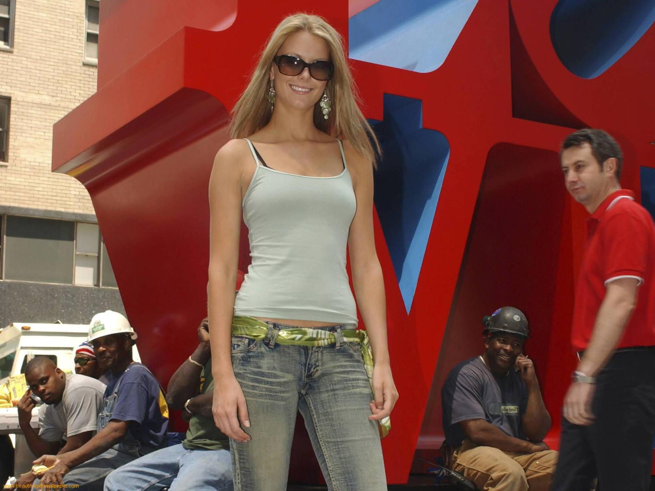 В джинсах красотка