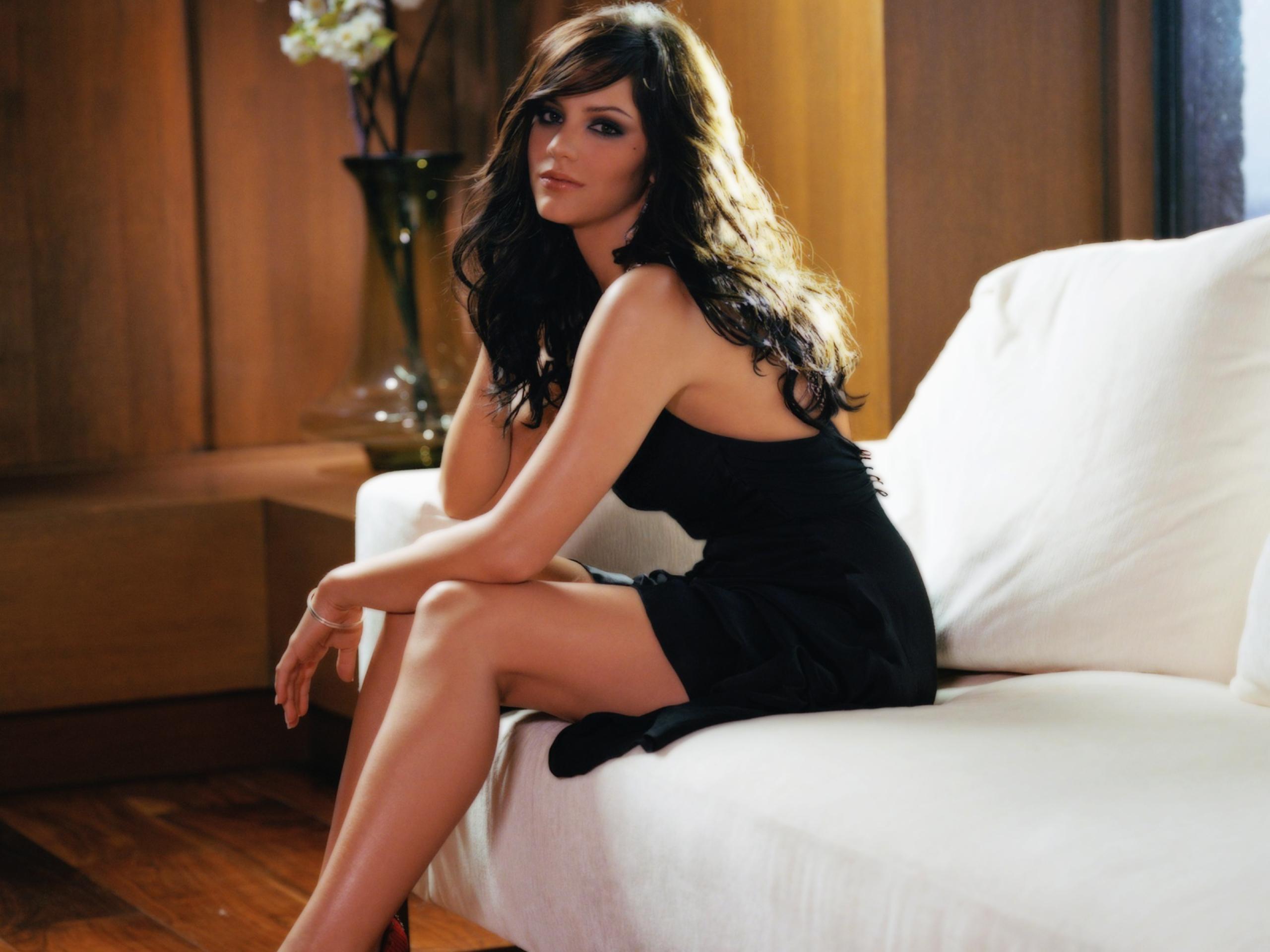 Фото красивая брюнетка в платье