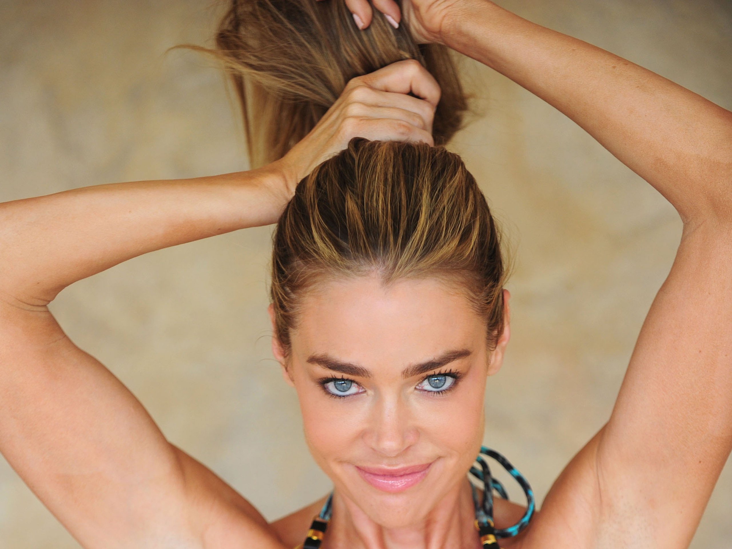 Denise Richards Chignon Hairstyles for Long Hair foto