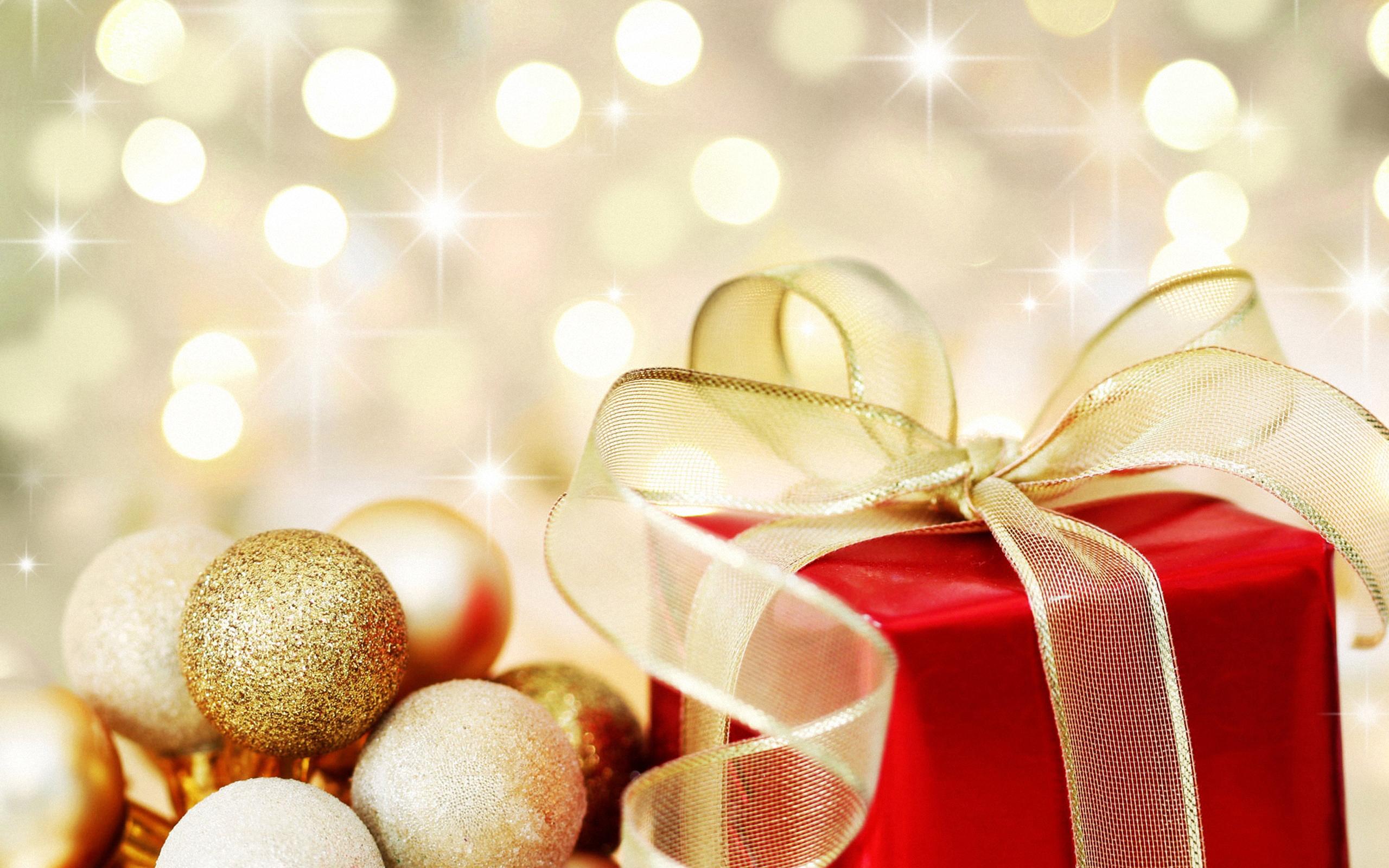 Праздники. новогодний сюрприз, подарок яркий, бантик, ёлочные игрушки