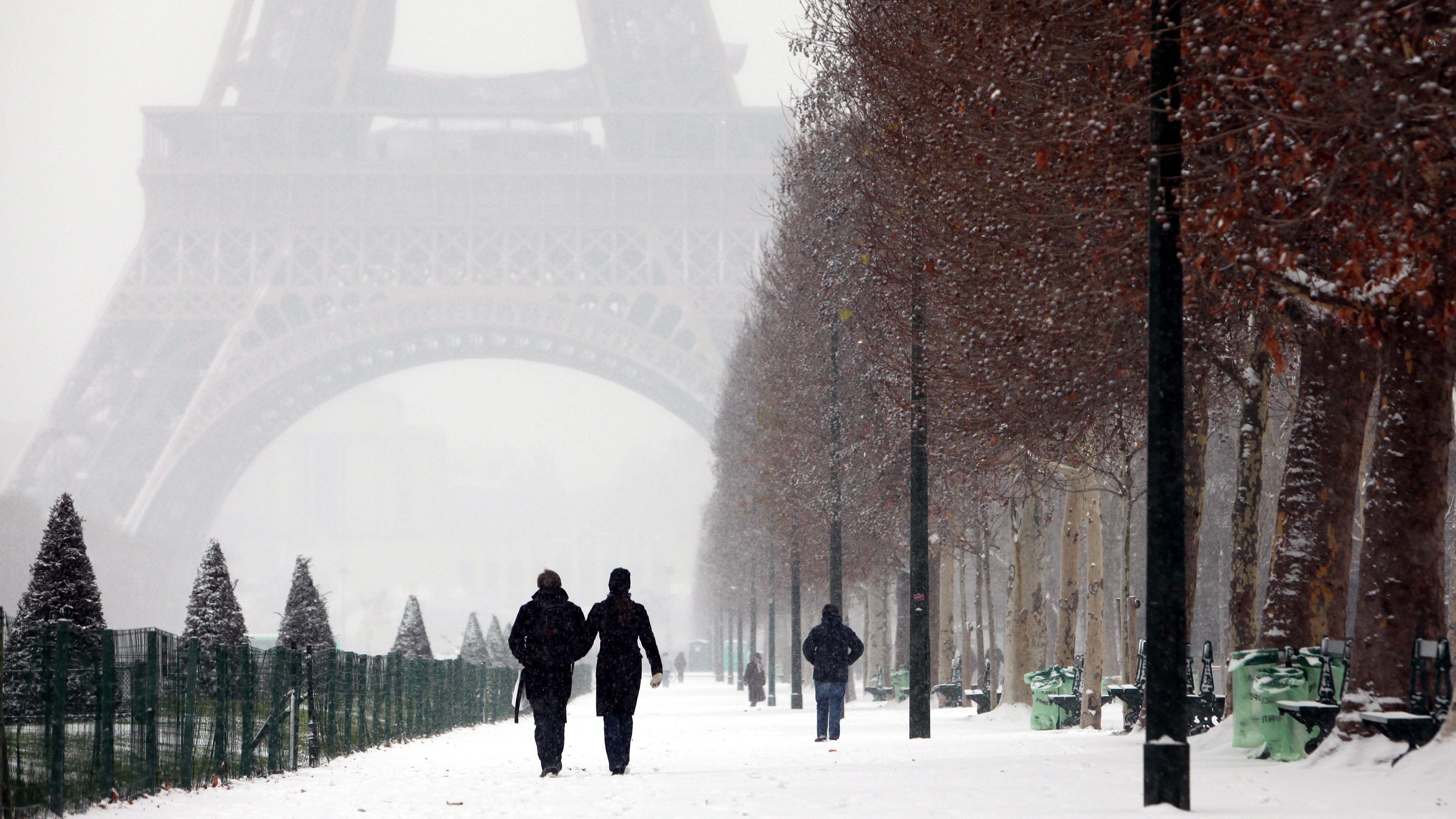https://thewallpapers.org/zoom/76662/snow-in-paris.jpg